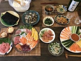 テーブルの上の食べ物の多くの異なる種類の写真・画像素材[2516862]