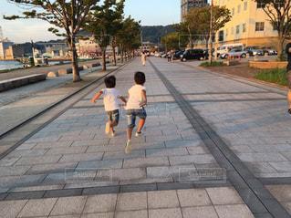 歩道を走る人の写真・画像素材[2375723]