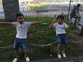凧を飛ばす少年の写真・画像素材[2497746]