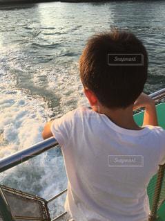 水を見ている男の写真・画像素材[2497750]