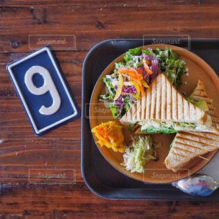 近くの木製のテーブルの上に食べ物を - No.756050