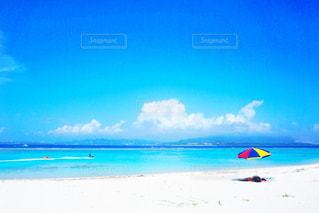 ビーチに青い傘 - No.756053