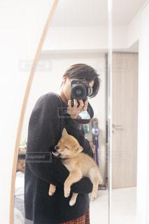 眠そうなイヌとイケメンの写真・画像素材[2439222]