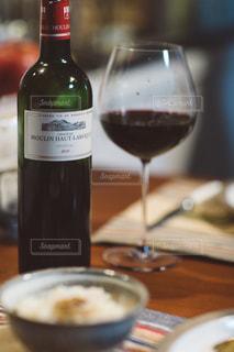 テーブルの上のワインのボトルをクローズアップの写真・画像素材[2836460]