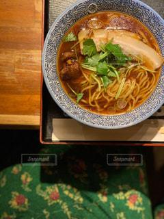 テーブルの上のスープのボウルの写真・画像素材[2870014]