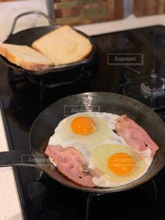皿の上の食べ物のボウルの写真・画像素材[2870015]