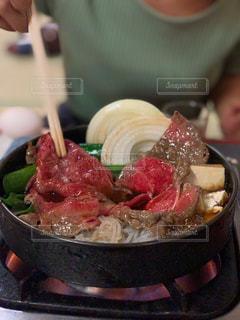 皿の上の食べ物のボウルの写真・画像素材[2870020]
