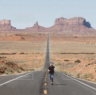 山を背景にした高速道路の写真・画像素材[2870019]