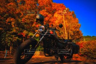 バイクは、道の脇に駐車の写真・画像素材[1606850]