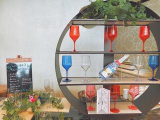 テーブルの上の花の花瓶の写真・画像素材[731422]
