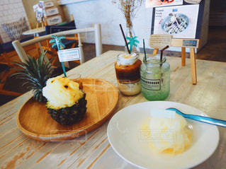 テーブルの上に食べ物のプレートの写真・画像素材[731429]