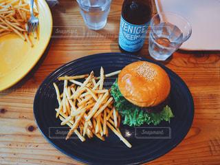テーブルの上に食べ物のプレートの写真・画像素材[739809]