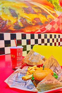 近くのテーブルの上に食べ物をの写真・画像素材[980963]