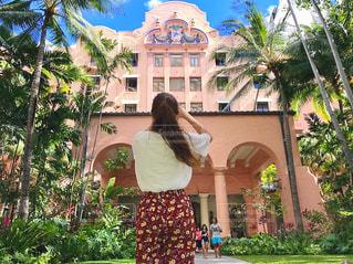 建物の前に立っている人の写真・画像素材[980972]