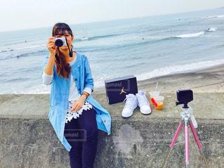 ビーチに立っている女性の写真・画像素材[1120978]
