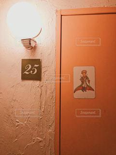 建物の側面にある記号の写真・画像素材[1360333]
