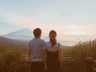 男と女が日没の前に立っての写真・画像素材[1360336]