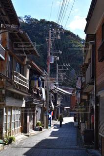 建物を背景にした狭い市街地の写真・画像素材[2408791]