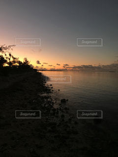 水の体に沈む夕日の写真・画像素材[2099279]