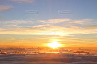 夕日で空を飛んでいる飛行機の写真・画像素材[1517061]