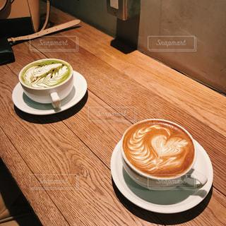 木製テーブルの上のコーヒー カップの写真・画像素材[1000539]