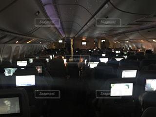 夜行便の機内の様子を写したものです。 - No.729739