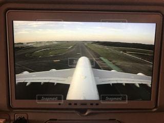 世界最大の旅客機、エアバス380型機を上から見下ろしたカメラの映像を写したものです。の写真・画像素材[729740]