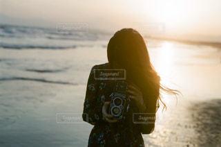 ビーチに立っている人の写真・画像素材[1594786]