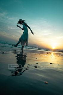 水の体に沈む夕日の写真・画像素材[1594788]