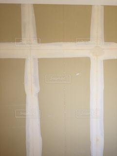 近くに白い壁のアップの写真・画像素材[819818]