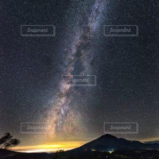 夜に見上げる空の景色の写真・画像素材[872071]