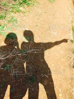 土の中に立っている人の写真・画像素材[1671481]