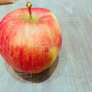 テーブルの上に座って赤いリンゴの写真・画像素材[882563]