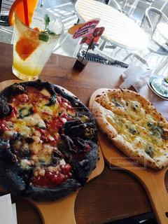 食べ物,飲み物,ランチ,オレンジジュース,マルゲリータ,ピザ,ハロウィンピザ,黒いピザ,2枚のピザ