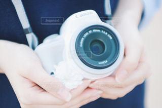 カメラを持っている手の写真・画像素材[1133307]