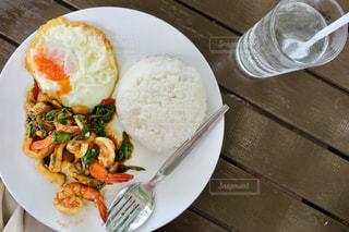 テーブルの上に食べ物のプレートの写真・画像素材[1295777]