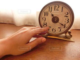 時計を止めようとする女性の手の写真・画像素材[280432]