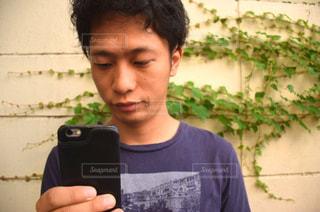 スマホでネット検索をする男性の写真・画像素材[286699]