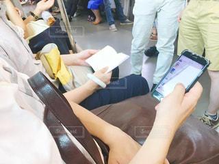 電車内でスマホを操作する男性の写真・画像素材[652815]