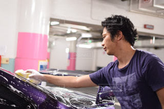 洗剤で洗車する男性の写真・画像素材[682934]