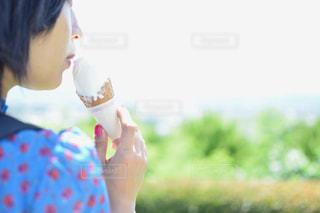 アイスを食べる少女の写真・画像素材[728401]