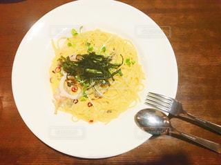 テーブルの上に食べ物のプレートの写真・画像素材[728525]