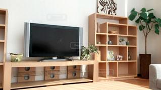 リビング ルームの家具、フラット スクリーン テレビでいっぱいの写真・画像素材[728562]
