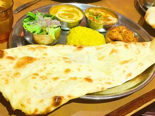 テーブルの上に食べ物のプレートの写真・画像素材[728571]