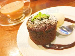 近くに皿の上のケーキの写真・画像素材[728572]