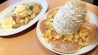 テーブルの上に食べ物のプレートの写真・画像素材[729983]