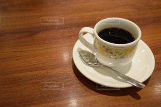 木製テーブルの上のコーヒー カップの写真・画像素材[732631]