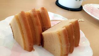 皿の上のケーキの一部の写真・画像素材[732633]