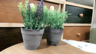 木製のテーブルの上に花の花瓶 - No.732634