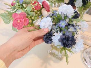 テーブルの上に花瓶の花の花束の写真・画像素材[734363]